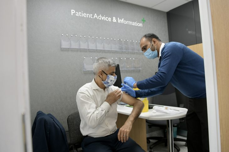 Did London Mayor Sadiq Khan fake getting a flu vaccination in 2020?